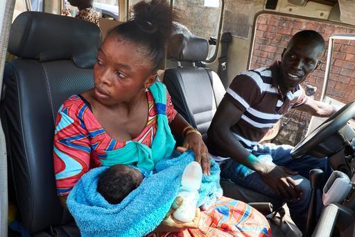 Soumah, tia de Nubia, a caminho de casa após a bebê ter recebido alta do centro de tratamento de Ebola de MSF em Conacri (Foto: Sam Phelps)
