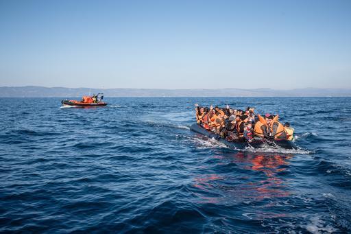 Os sobreviventes resgatados de um naufrágio no Mar Egeu (Foto: Will Rose)