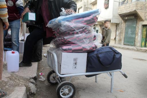 Kits distribuídos continham cobertores, lonas e roupas de inverno, entre outros. (Foto: MSF)