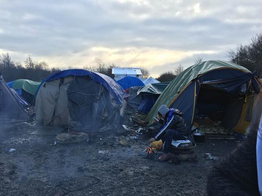 Migrante no campo de refugiados de Grande-Synthe, próximo a Dunkirk, na França (Foto: Stéphane Roques/MSF)