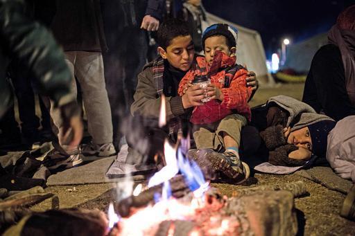 Os sírios Salim e seu irmão descansam no campo de refugiados de Idomeni, na fronteira da Grécia com a Macedônia (Foto: Konstantinos Tsakalidis/SOOC)