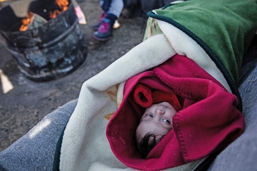 O bebê sírio Feisal, de dois meses, em um acampamento em Polykastro, cidade próximo à fronteira da Grécia com a Macedônia (Foto: Konstantinos Tsakalidis/SOOC)
