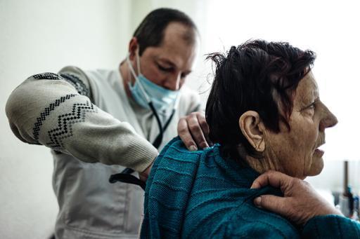 Equipe de MSF presta assistência médica a idosos em clínica móvel de Mariupol, na Ucrânia (Foto: Misha Friedman)