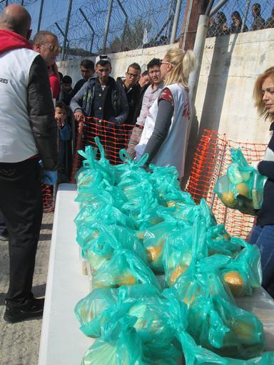 MSF oferece kits de primeiros socorros a refugiados e imigrantes logo que chegam à ilha de Samos, depois de cruzarem a Turquia (Foto: Brigitte Breuillac/MSF)