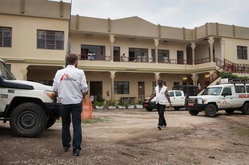 Profissionais de MSF circulam pelo l'Arche, centro de trauma da organização em Bujumbura, Burundi (Foto: Albert Masias / MSF)