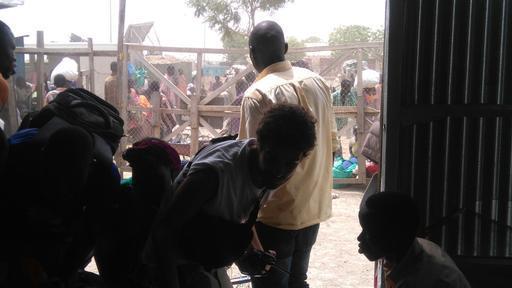 Civis e equipes se protegem dos ataques ao complexo da ONU em Malakal (Foto: MSF)