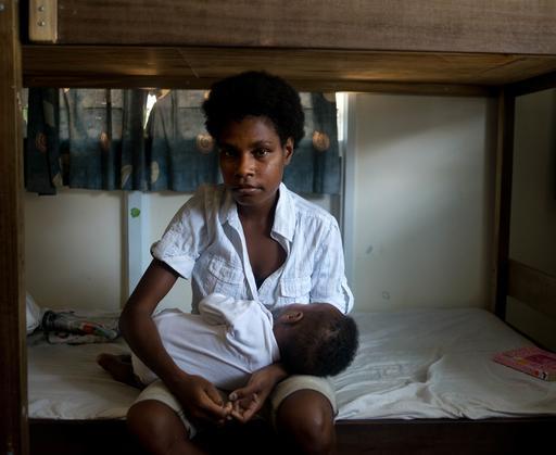 Uma mulher de 25 anos e sua filha de oito meses em uma casa segura em Port Moresby, capital da PNG. Seu marido a agrediu com uma garrafa vazia (Foto: Jodi Bieber)