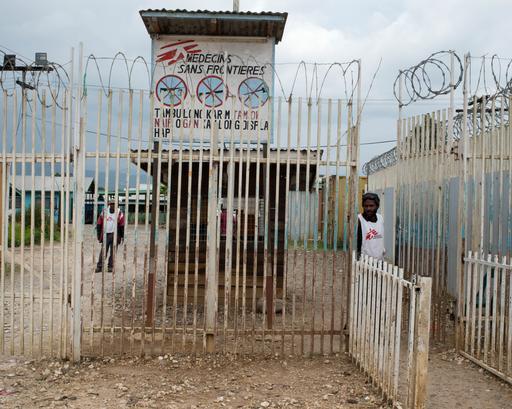 A entrada para o Centro de Apoio à Família de MSF e o hospital de Tari, na província de Hela, na PNG (Foto: Jodi Bieber)