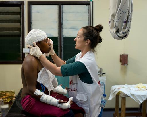Mulher recebe cuidados médicos no hospital de Tari, na PNG (Foto: Jodi Bieber)