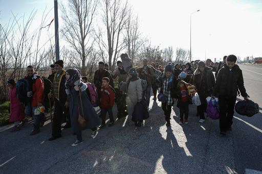 Refugiados e imigrantes andam de Polykastro para o campo de trânsito de Idomeni (Foto: Konstantinos Tsakalidis/SOOC)