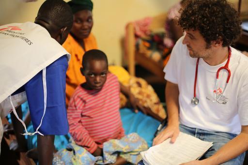 O Dr. Michael Arnegger examina uma criança desnutrida em recuperação na ala pediátrica no acampamento de Nduta (Foto: Melissa Pracht/MSF)