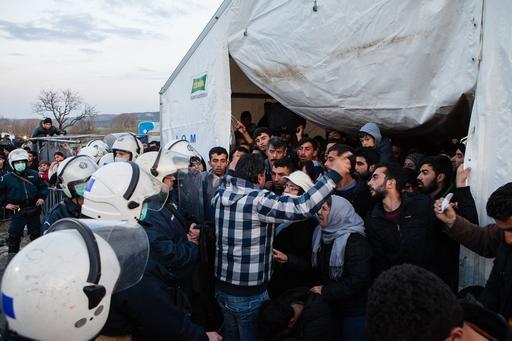 Refugiados sírios são impedidos de seguir caminho pela fronteira da Grécia com a FYROM (Foto: Alex Yallop/MSF)