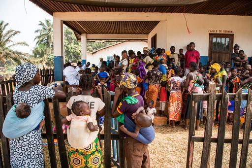 Famílias esperam para vacinar seus filhos em Berbérati (Foto: MSF)