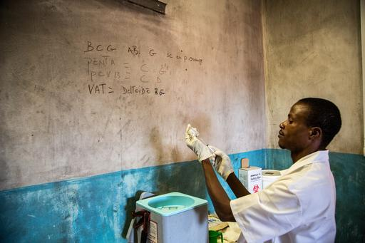 Profissional de MSF prepara vacinas para serem utilizadas na imunização de milhares de crianças na RCA (Foto: MSF)