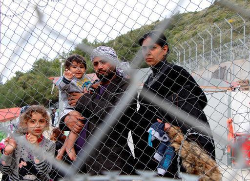 Waleed, migrante iraquiano, ao lado de sua esposa, grávida de sete meses, e seus dois filhos. (Foto: Mohammad Ghannam/MSF)