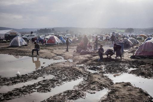 Acampamento em Idomeni, fronteira entre Grécia e Macedônia. Com o fechamento das fronteiras, 10 mil pessoas estão retidas em condições precárias (Foto: Guillaume Binet/MYOP)