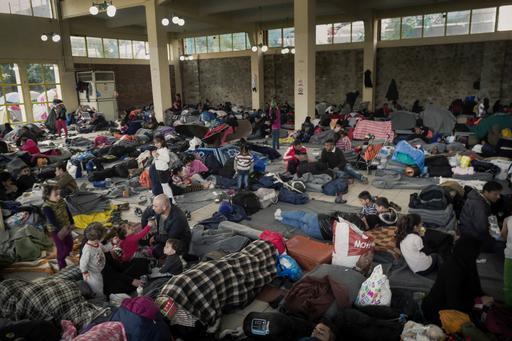Refugiados e imigrantes no acampamento Piraeus, próximo de Atenas. Apesar da precariedade, eles se recusam a ir aos acampamentos do governo, onde a situação é ainda pior (Foto: Guillaume Binet/MYOP)