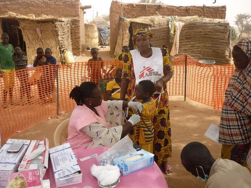 Profissionais de MSF e do Ministério da Saúde vacinam criança contra a meningite na região de Tallabéri, no oeste do Níger (Foto: Augustin Ngoyi/MSF)