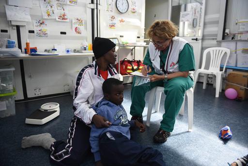 A médica de MSF Paola Mazzoni atende a congolesa Francine, de 32 anos, a bordo do Bourbon Argos (Foto: Sara Creta/MSF)