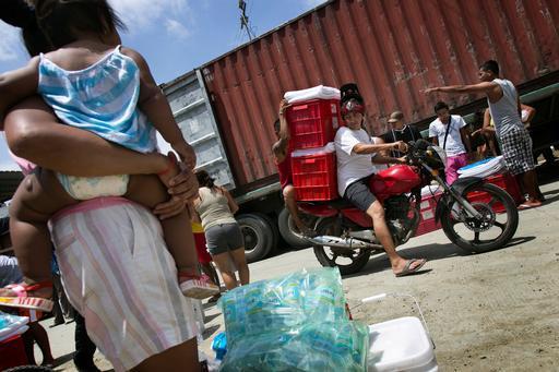 Distribuição de itens essenciais (Foto: Albert Masias/MSF)