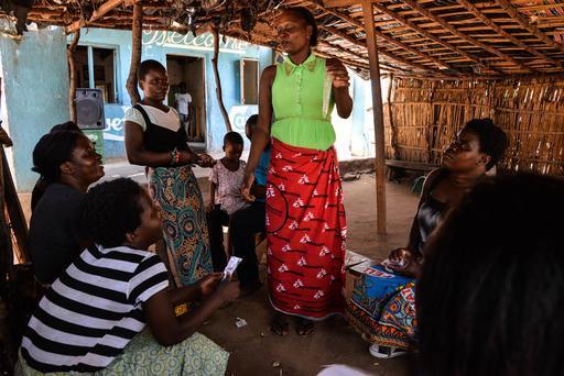 Educadora de pares de MSF demonstra como utilizar corretamente um preservativo (Foto: Aurelie Baumel/MSF)