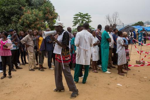 Profissional de MSF divulga informações sobre o programa de vacinação contra febre amarela em Matadi (Foto: MSF)