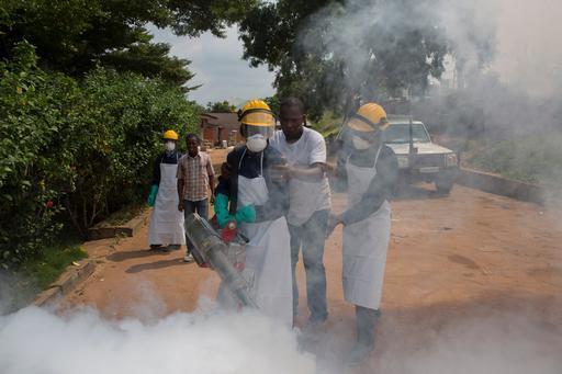 Profissionais de MSF fumigam um bairro na cidade de Matadi durante atividade de controle vetorial (Foto: MSF)