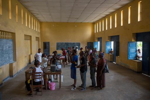Pessoas formam filas para serem vacinadas contra a febre amarela por MSF em uma escola em Matadi (Foto: MSF)