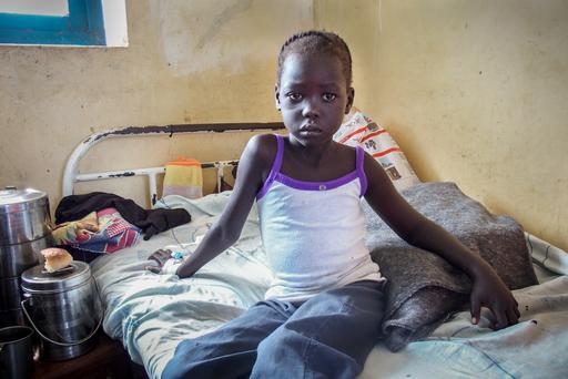 Nyajinma, de seis anos, tratada por MSF após ser picada por uma cobra enquanto dormia (Foto: Alexandra Malm/MSF)