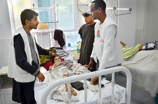 Equipe médica atende criança no hospital de Boost, em Lashkar Gahr (Foto: Kate Stegeman / MSF)