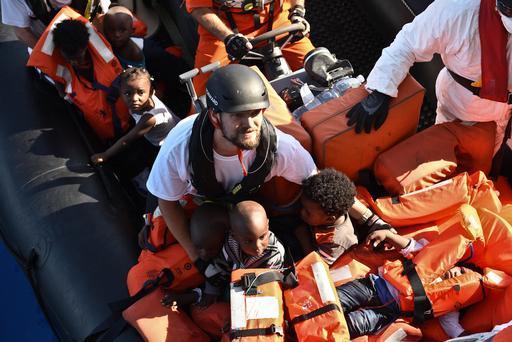 O coordenador de MSF Sebastian Stein durante um resgate no Mediterrâneo envolvendo um barco com 140 pessoas, incluindo 38 mulheres e 18 crianças (Foto: Sara Creta/MSF)