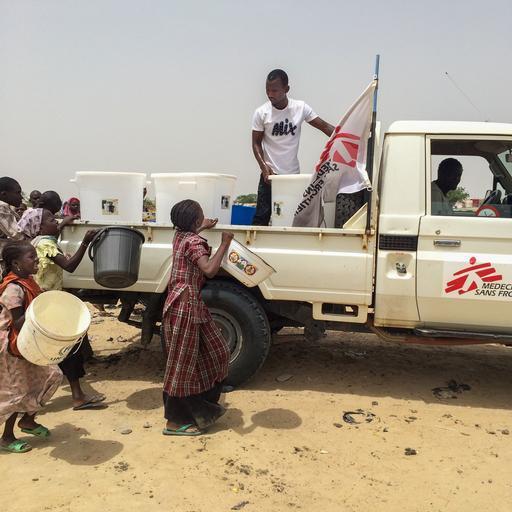MSF está levando baldes com 120 litros de água para locais onde deslocados estão abrigados (Foto: Anne Boher)