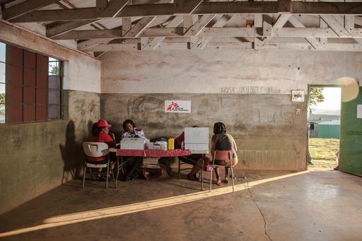 Enfermeiras de MSF atendem trabalhadores rurais em Eshowe, em KwaZulu-Natal, onde MSF trabalha levando orientação, testes e tratamento de HIV (Foto: Greg Lomas / MSF)