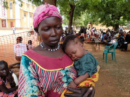 Cicilia com o pequeno Hasamia, um dos seus cinco filhos (Foto: MSF)