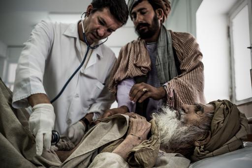 Idoso recebe atendimento na sala de emergência do hospital de Boost, em Lashkar Gah, Afeganistão (Foto: Kadir Van Lohuizen/MSF)