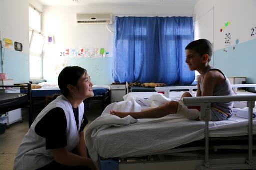 Enfermeira com paciente sírio no hospital de Ramtha, na Jordânia (Foto: Joosarang Lee / MSF)