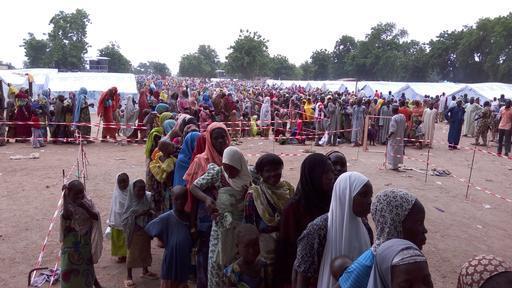 Mulheres e crianças fazem fila para receber atendimento : mais de 15% das crianças foram diagnosticas com desnutrição (Foto : Hakim Khaldi / MSF)