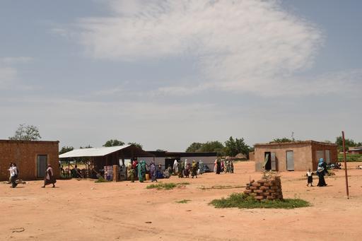 Clínica móvel para tratamento de desnutrição de MSF; as temperaturas em Bokoro chegam aos 45 graus (Charlotte Morris / MSF)