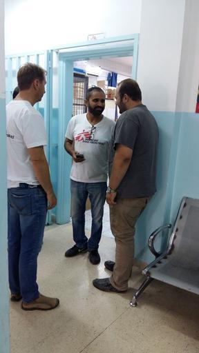 O cirurgião Hardik Vyas, também conhecido como Tonny, com membros da equipe do hospital (Foto: Michael Talotti/MSF)
