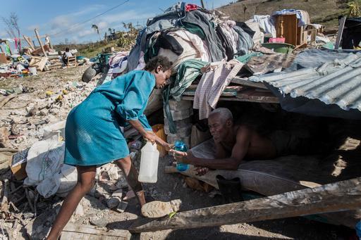Casal em abrigo improvisado na comuna de Roche-à-Bateaux, no departamento Sul do Haiti (Foto: Andrew McConnell / MSF)