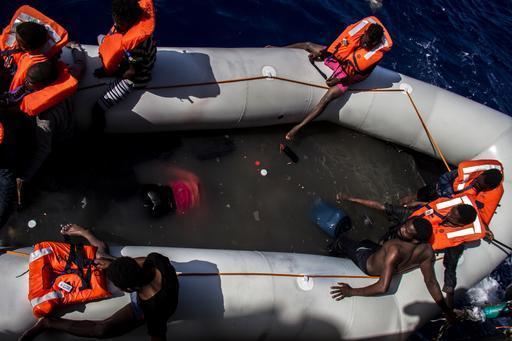 Sobreviventes esperam por resgate entre corpos de mortos em operação de resgate de MSF no Mediterrâneo (Foto: Borja Ruiz Rodriguez / MSF)