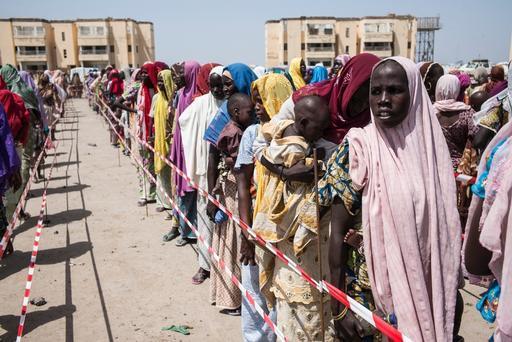 Mães e filhos fazem fila para vacinação contra malária em clínica de MSF na Nigéria (Foto: Sylvain Cherkaoui/COMSMOS