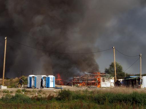 Enquanto o fogo destrói as moradias do acampamento 'Selva', menores desacompanhados carecem de direitos e informações (Foto: Samuel Hanryon / MSF)