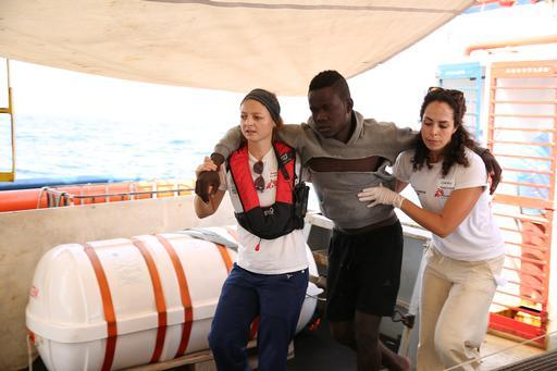 Enfermeiras de MSF a bordo do Dignity I com joven malinês ferido (Foto: Mohammad Ghannam / MSF)