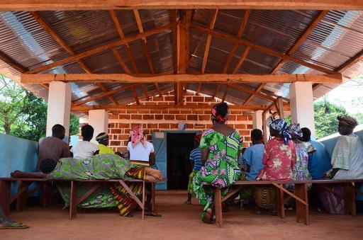 Sala de espera de um centro de saúde apoiado por MSF em Mbalazime, Bangassou (Foto : Sandra Simley/MSF)