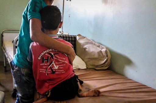 O pequeno Abdul Hadi, de 9 anos, abraça o irmão mais velho em ala do hospital da região sitiada do leste de Aleppo. Ele precisa de uma tomografia, mas o equipamento não está disponível e ele não pode ser encaminhado a outro lugar para receber cuidados esp