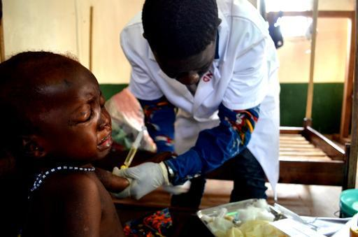 A pequena Marie, de 2 anos de idade, recebe cuidados no centro de saúde de Kabo (Foto : Sandra Smiley / MSF)