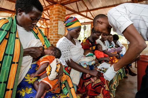 Mães e filhos esperam por atendimento no campo de Nduta, onde MSF é a única organização a oferecer cuidados de saúde (Foto: Louise Annaud / MSF)