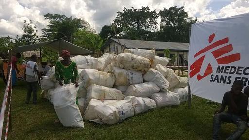 Distribuição de itens essenciais em Lulingo – Foto: MSF