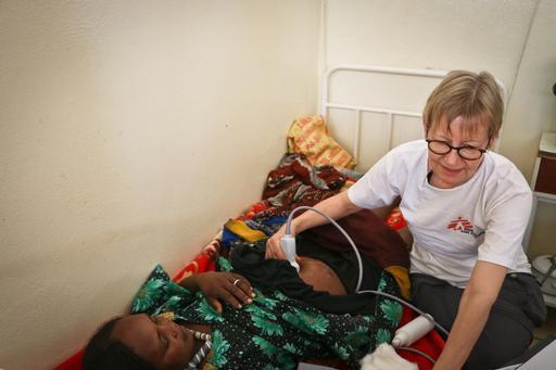 Dra. Veronica Siebenkotten-Branca, de MSF, realizando exame de ultrassom em paciente grávida (Foto: Sara Creta)